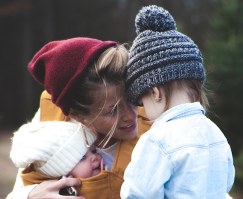 Une maman aidée à la Maison des familles