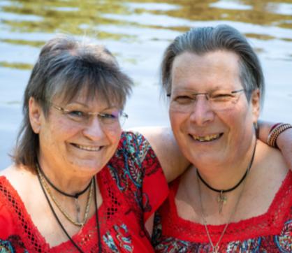 Deux sœurs aidées par l'Arc-en-ciel